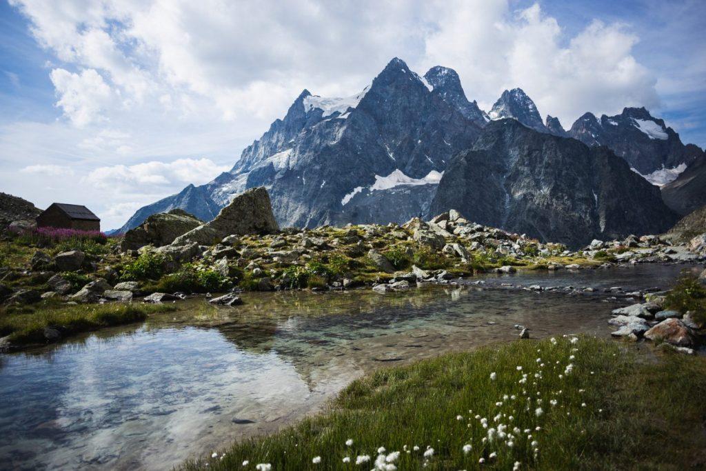 Le refuge Tuckett, le lac Tuckett et le mont pelvoux