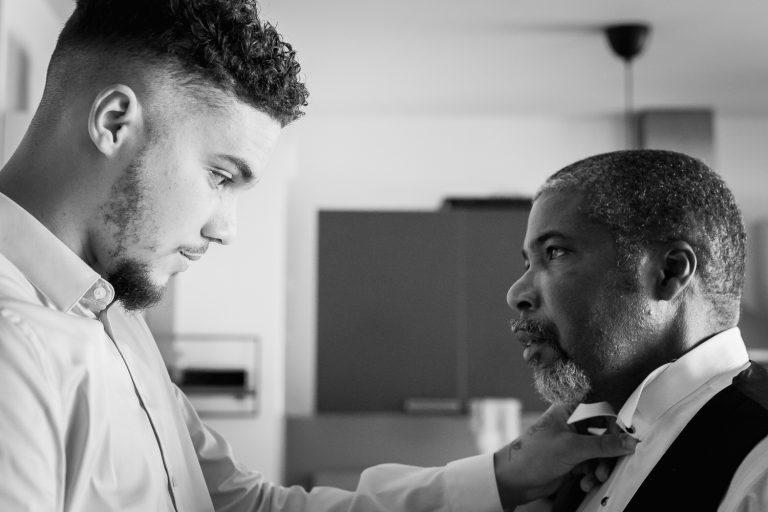 Père regardant son fils pendant les préparatifs du mariage