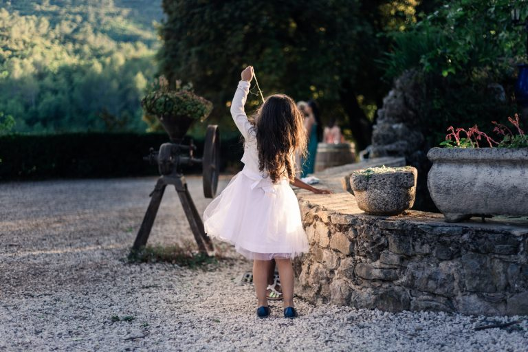 Petite fille jouant pendant un mariage