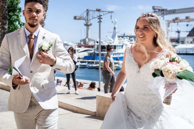 Couple de mariés devant le port de La Ciotat