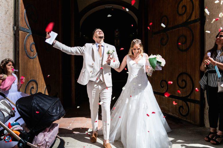 Couple de mariés à la sortie de l'église de La Ciotat