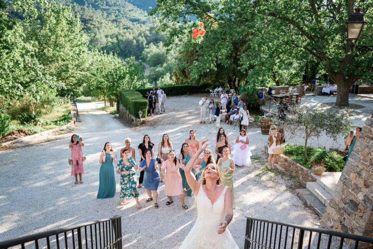 Lancer de bouquet pendant le mariage de Lola et Steeven