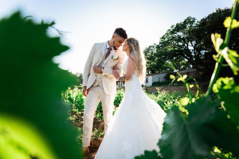 Photo de couple de mariés dans les vignes